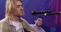 Kurt Cobain dan Pat Smear di MTV Unplugged 1993. (YouTube/Nirvana)
