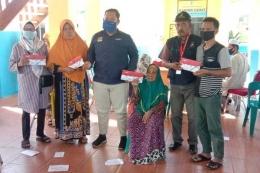 sumutpos.co (ilustrasi penyerahkan secara simbolis kartu sembako Sembako kepada 677 KPM, di Kantor Kecamatan Datuk Lima Puluh, Kabupaten Batubara, Kamis (23/7)