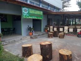 Foto:Warkop Urang Kampong Due depan kolam renang Tirta Bangka. dokpri