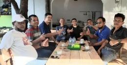 Foto: pengurus partai, lsm dan tokoh daerah ini ngopi di warung kopi Urang Kampong Due.