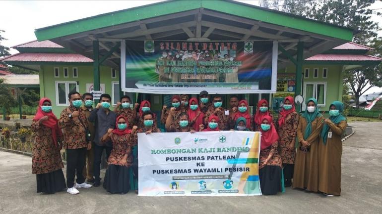 Foto : Foto bersama seluruh rombongan kaji banding PKM Patlean dengan staf PKM Wayamli Pesisir (dokpri).
