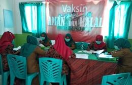 Foto : Suasana diskusi staf puskemas patlean dengan penanggung jawab UKM pusekemas Wayamli Pesisir (dokpri).