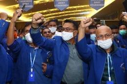 Moeldoko (tengah) tiba di lokasi Kongres Luar Biasa (KLB) Partai Demokrat di The Hill Hotel Sibolangit, Deli Serdang, Sumatera Utara, Jumat (5/3/2021). Berdasarkan hasil KLB, Moeldoko terpilih menjadi Ketua Umum Partai Demokrat periode 2021-2025.(ANTARA FOTO/ENDI AHMAD)