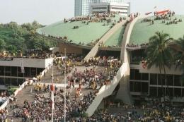 Mahasiswa se-Jakarta, Bogor, Tangerang, dan Bekasi mendatangi Gedung MPR/DPR, Mei 1998, menuntut reformasi dan pengunduran diri Presiden Soeharto. Sebagian mahasiswa melakukan aksi duduk di atap Gedung MPR/DPR. Kompas/Eddy Hasby (ED).