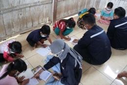 Mahasiswa KKN 58 UM Jember Taman Baca Rumah Ke Rumah disalah satu Musholla Dusun Alas Pinang Desa Sumber Pinang.