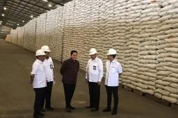Menteri Badan Usaha Milik Negara (BUMN) Erick Thohir saat meninjau Gudang Perum Bulog di Jakarta, Rabu (4/3/2020).(Kompas.com/AKHDI MARTIN PRATAMA)