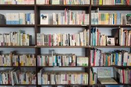 Koleksi buku di Perpustakaan. Foto dari Pixabay.
