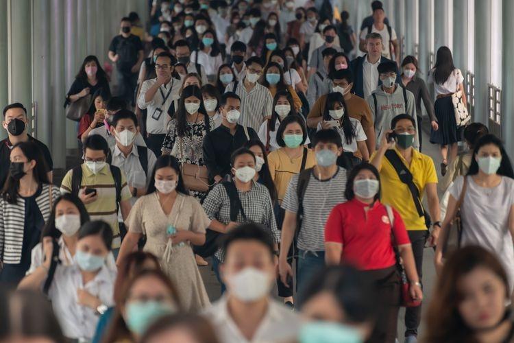 Warga mengenakan masker untuk menjaga diri dari risiko terpapar virus corona, awal Februari 2020.(Shutterstock via kompas.com)