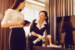 Sales marketer bersama staf housekeeping (ilustrasi pixabay)