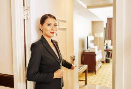 Staf hotel selalu menyambut ramah pengunjung (ilustrasi pixabay.com)
