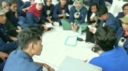 Kelompok penulis ketika berdialog dengan warga binaan. Dokumen pribadi.