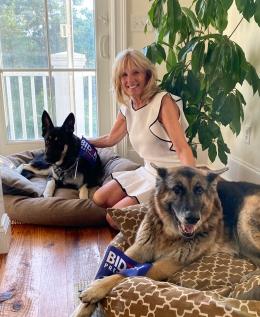 Jill Biden dengan Major dan Champ   Foto diambil dari Twitter/@DrBiden