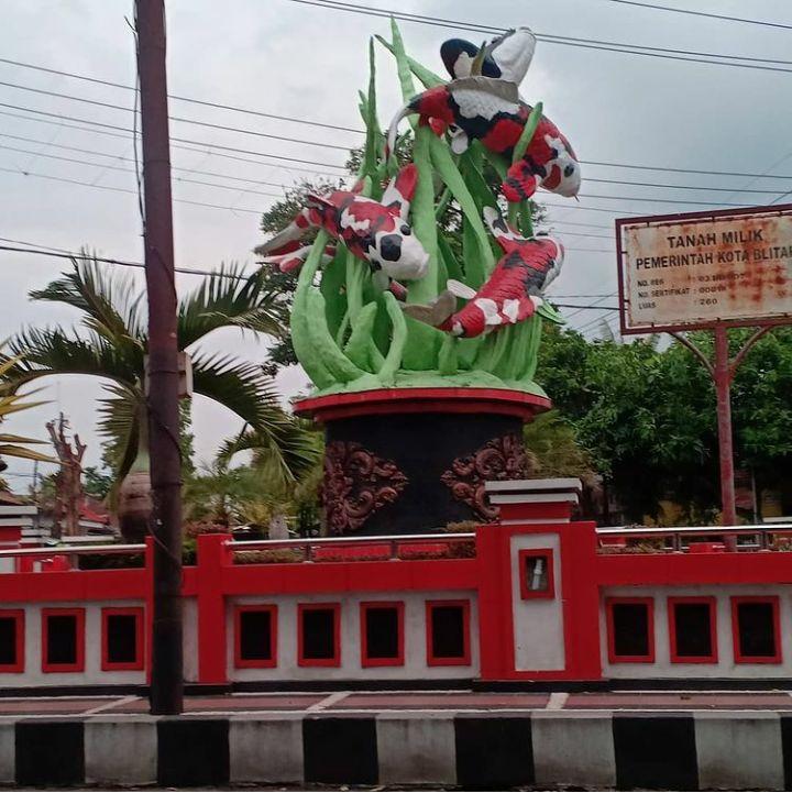 Patung Koi, Ikon kota Blitar. Foto by akun instagram @mahendra_koi