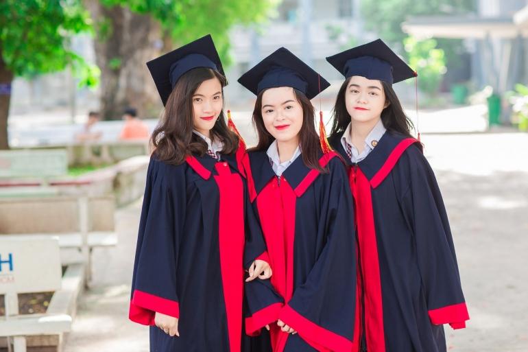 Foto para wisudawati setelah menempuh pendidikan tinggi (foto dari pixabay/ptksgc)