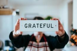 Sering bersyukur dapat mengurangi rasa insecure (Sumber : Nathan Dumlao via unsplash.com)