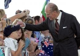 Pangeran Philip sedang menyambut seorang anak dalam kunjungannya ke Australia pada tahun 2006 (Sumber: theguardian.com)
