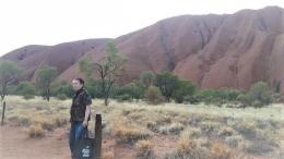 Berfoto setelah mengelilingi Uluru (dok pribadi)