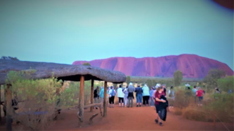 Berfoto dengan latar belakang Uluru(dok pribadi)