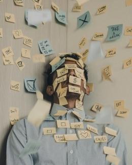 ilustrasi karyawan baru yang kelelahan bekerja di kantor   www.unsplash.com (Luis Villasmil)
