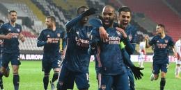 Pemain Arsenal merayakan gol ke gawang Slavia Praha. (via arseblog.news)