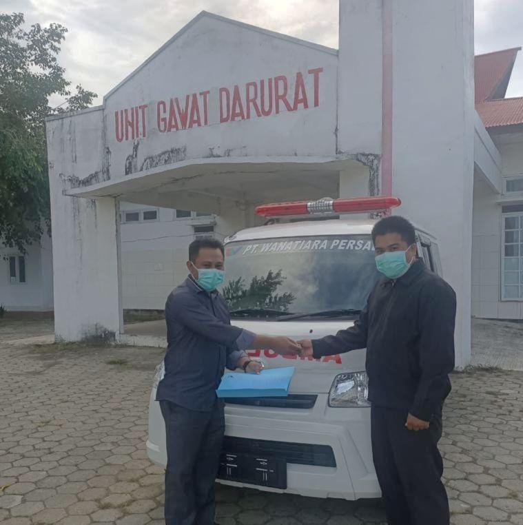 satu unit mobil Ambulans dari CSR PT WP diserahkan ke RSUD Laiwui Obi yang diterima langsung oleh wakil Direktur RSUD (foto: CSR PT WP)