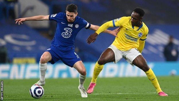 Gelandang Chelsea, Jorginho sedang berebut bola dengan Welbeck (Source : BBC)