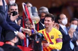 Kapten Barcelona, Lionel Messi, menerima trofi Copa Del Rey. (Sumber: Vivagoal.com)
