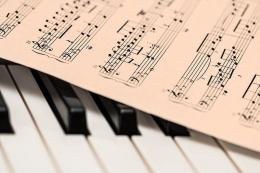 Ilustrasi Partitur dan Piano (Sumber gambar : pixabay.com)