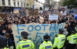 Protes suporter sepak bola terhadap keterlibatan klub mereka di proyek European Super League (ESL). Sumber foto: dailymail.co.uk