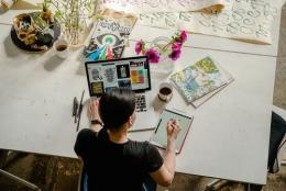 Ilustrasi mempersiapkan portofolio untuk melamar kerja (Pexels)