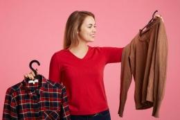 Ilustrasi wanita sedang memilih baju: Shutterstock