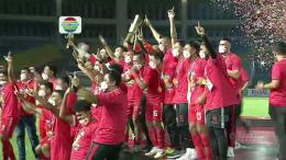 Persija Jakarta Mengangkat Trofi Piala Menpora 2021 . Sumber: Indosiar
