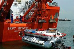 Wahana selam DSAR 6 (warna putih) dari Kapal MV Swift Rescue milik AL Singapura (sumber: Naval Technology, 2008)