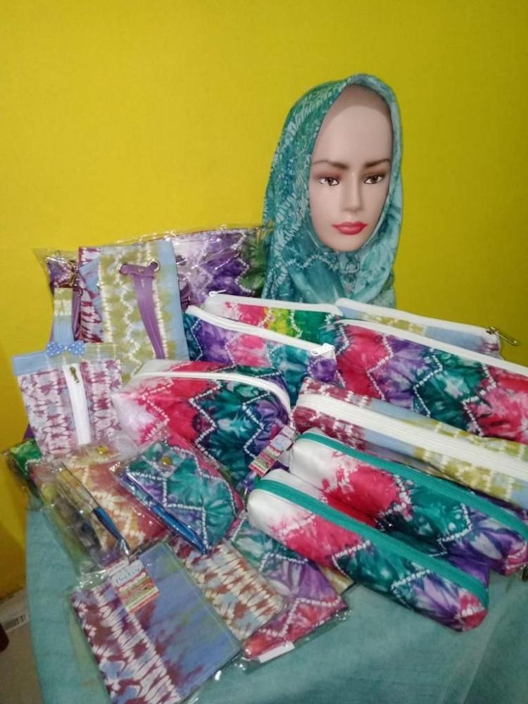 Berbagai macam kain sasirangan hasil olahan tangan Remi Mayasari. Foto: Ditya Alifia