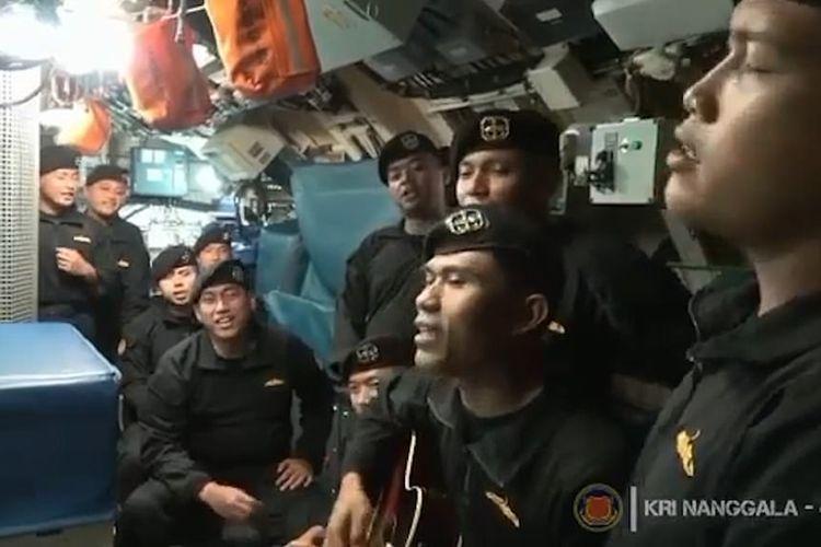 Tangyar video yang direkam beberapa minggu lalu memperlihatkan awak KRI Nanggala-402 menyanyikan lagu Indonesia berjudul