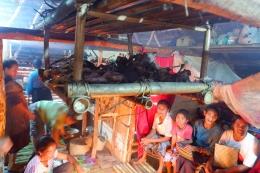Persiapan perayaan dengan puluhan ayam yang dibakar di Kampung Adat Tarung (Dokpri)