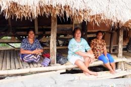 Keluarga Kak Sam yang menjamu saya di Kampung Adat Tarung (Dokpri)