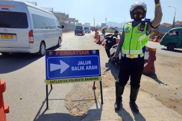 Petugas mencoba menghalau pengendara dari luar Kota Bandung yang tidak dapat menunjukan hasil swab antigen, larangan mudik 2021 dan larangan mudik lebaran 2021.(Foto Humas Polresta Bandung)