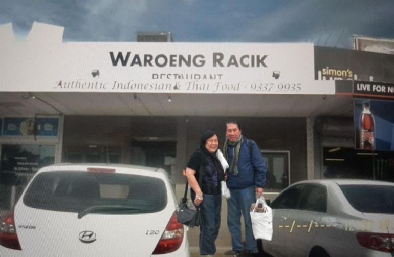 berfoto didepan Waroeng Racik (dok pribadi)