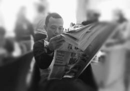 Potret vintage penulis saat membaca koran (Dokpri)