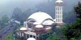 Masjid At-Ta'awun di kawasan Puncak Jawa Barat (sumber: dream.co.id)