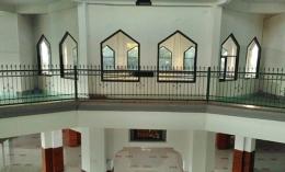 Ruang tengah Masjid Al Amanah, dengan banyak penanda jarak, karena pandemi. Dokpri