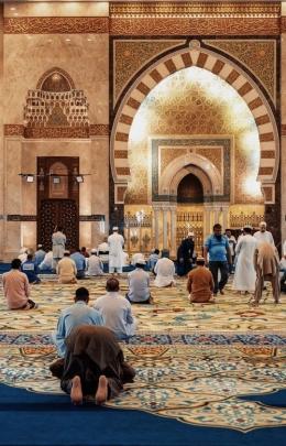 Ilustrasi sholat dimasjid/sumber: unsplash.com