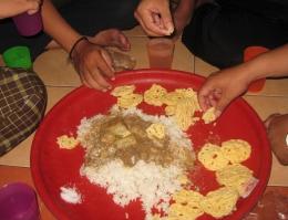 ilustrasi makan bersama dalam satu tampah/nampan - islam.bangkitmedia.com