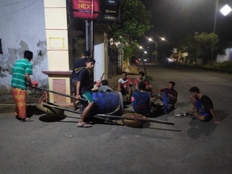 TONG KLEK pemuda Dukuhan Perbon, Tuban sedang istirahat di tepi jalan pada Sabtu 30/4/2021 pukuk 02.20 dinihari. (IH)
