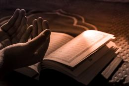 Mumpung Ramadan masih bersama kita, bacalah Al-Quran dan resapi kenikmatan membacanya (unsplash.com/Faseeh Fawwaz)