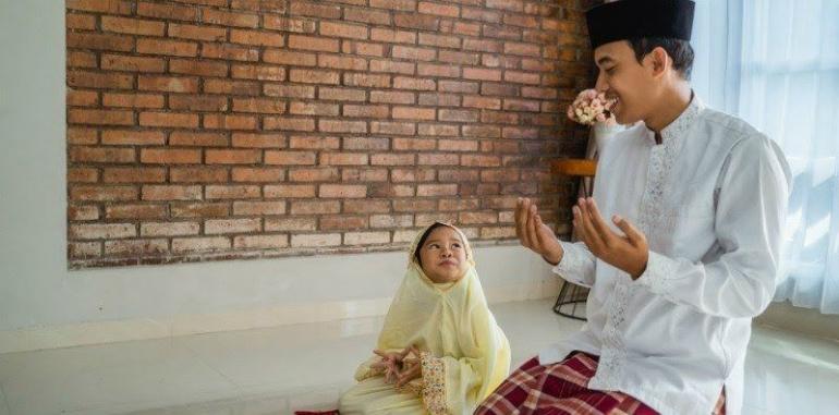 Mengajar anak ibadah (sumber: id.theasianparent.com)