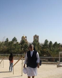 Di Sungai Yordan dengan latar belakang benten penjagaan Palestina (dok pri )