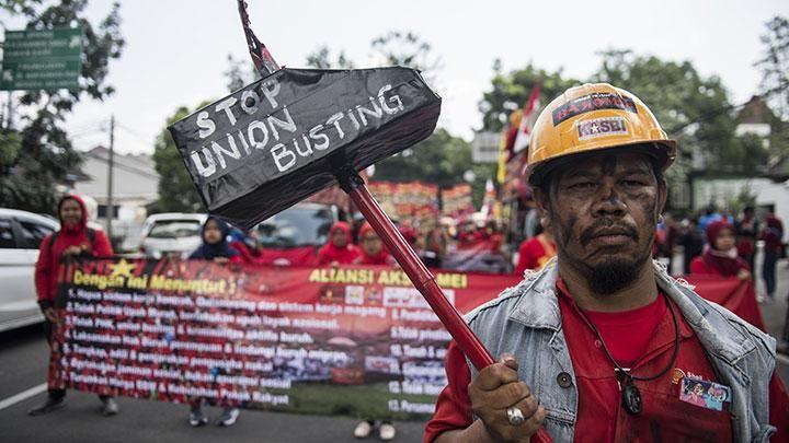 Para buruh turun ke jalan melakukan aksi unjuk rasa memperingati hari Buruh International (source: metro.tempo.co)