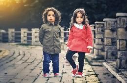 Anak-anak saat berjalan-jalan menunggu buka puasa (foto dari pixabay.com)